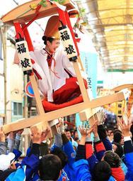 笑顔の福娘を乗せた宝恵駕籠行列=14日午後、姫路市本町