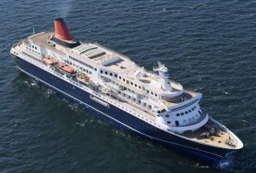 グアムから戻ったクルーズ船「にっぽん丸」=14日午前、横浜港沖の東京湾(共同通信社ヘリから)