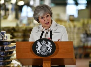 14日、英中部ストーク・オン・トレントで演説するメイ首相(ゲッティ=共同)
