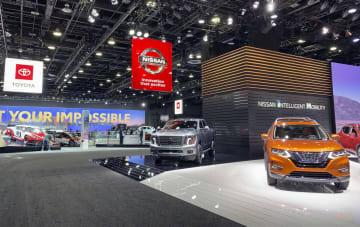 報道陣向けに公開された北米国際自動車ショーの日産自動車(右手前)とトヨタ自動車のブース=14日、米デトロイト(共同)