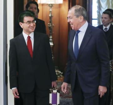 日ロ平和条約締結交渉で新たな枠組みに位置付けられた初めての協議で、ロシアのラブロフ外相(右)と顔を見合わせる河野外相=14日、モスクワ(ロイター=共同)