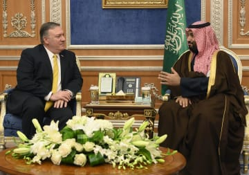 14日、サウジアラビアの首都リヤドで、ムハンマド皇太子(右)と会談するポンペオ米国務長官(AP=共同)