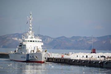 北朝鮮人とみられる2人を乗せて到着した巡視船「でわ」=14日午後0時20分ごろ、青森港