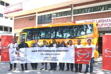 小型通学バスの納車記念式典に出席した日野モータース・セールス・マレーシアの岩本社長(左から4人目)と関係者ら=11日、スランゴール州(同社提供)