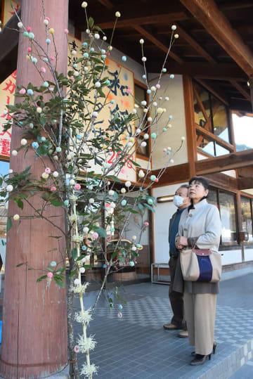 和紙の里の出入り口に飾られている繭玉飾り=東秩父村御堂