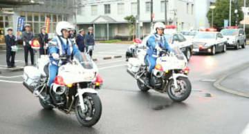 冬の事故ゼロ運動出発式で、パトロールに出発する県警交通機動隊員ら=昨年12月、豊後大野市役所
