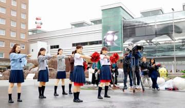 JR福井駅西口で行われたドラマ「チア☆ダン」のロケ=2018年5月
