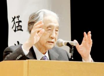 歴史講演会で自説を語る梅原猛さん=2012年3月、福井県越前町