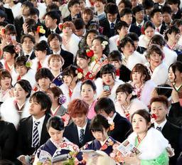 晴れやかな表情で式典に参加した新成人=14日午後、神戸市兵庫区、ノエビアスタジアム神戸(撮影・吉田敦史)