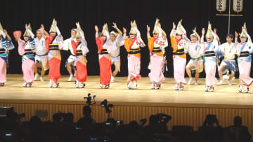 乱舞を繰り広げる関西阿波おどり協会選抜連のメンバー=大阪市の府立国際会議場