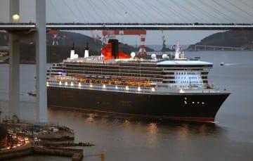 女神大橋の下をわずかな差で通過し、初入港するクイーン・メリー2=2月17日午前6時53分、長崎港