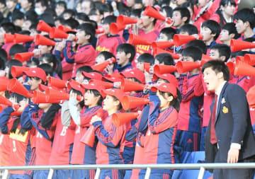 全国高校サッカー選手権の決勝で声援を送る流通経大柏の応援スタンド=14日、埼玉スタジアム