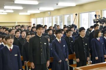 町立早来中学校の仮設校舎で行われた始業式=15日午前、北海道安平町