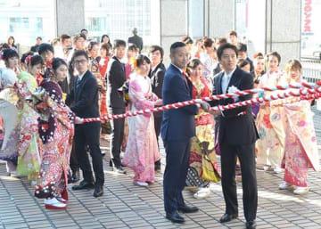 紅白の綱を引いて鐘を打ち鳴らす参加者=14日、大阪市役所屋上