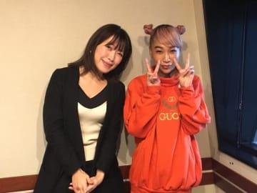 青山テルマさん(右)と、番組パーソナリティの坂本美雨(左)