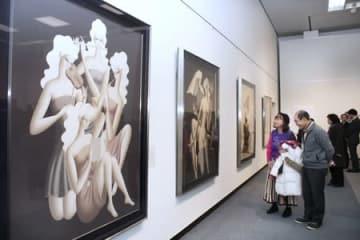東郷青児の独特な作品に見入る来場者=12日、新潟市中央区の市美術館