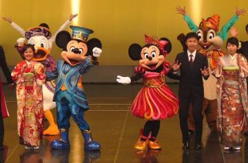 ミッキーやミニーと共に節目を祝う新成人たち=14日、浦安市の東京ディズニーランド