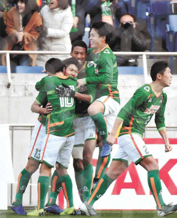 青森山田―流通経大柏 後半43分、得点を決めチームメートと抱き合って喜ぶ小松(左から2人目)