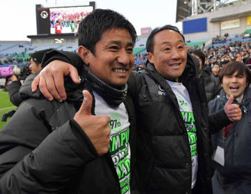 優勝を決め、黒田監督(右)と肩を組んで喜ぶ正木コーチ=14日午後、埼玉スタジアム