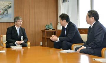 新潟県柏崎市の桜井雅浩市長(左)と会談する東京電力の小早川智明社長(中央)=15日午前、柏崎市