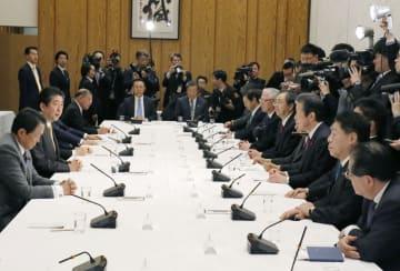 政府与党連絡会議に臨む安倍首相(左から2人目)と公明党の山口代表(右から3人目)=15日午後、首相官邸