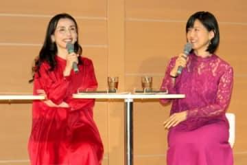 活字の魅力を語る中嶋朋子さん(左)と中江有里さん=14日、新潟市中央区