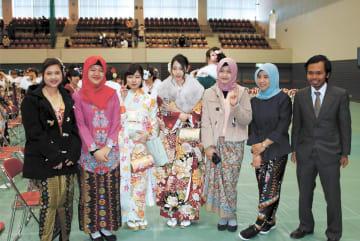 他の新成人と記念撮影するインドネシア人の新成人
