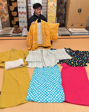 老舗メーカーがプロデュースしたおしゃれなセットアップ着物(手前)=京都市上京区・渡文
