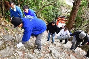 【2月6日の神倉神社の御燈祭りを前に、険しい石段を点検する関係者(15日、和歌山県新宮市で)】