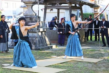 【弓頭を務めた吉村海君(左)と岡村龍之介君=14日、和歌山県串本町串本で】