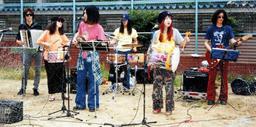 1995年6月に神戸市長田区の公園で行ったライブ(いずれもソウル・フラワー・ユニオン提供)