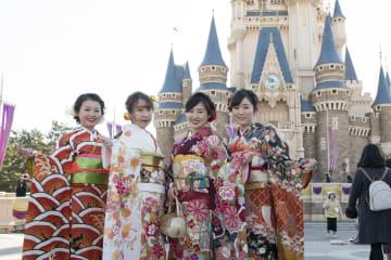 千葉県浦安市の新成人、東京ディズニーランドで門出祝う