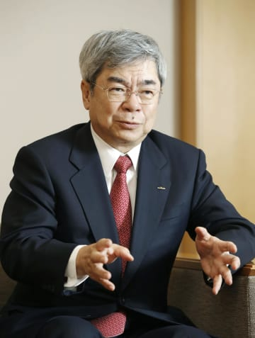 インタビューに応じる村田製作所の村田恒夫会長兼社長