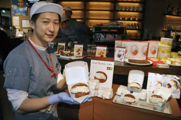高島屋大阪店で提供する「チョコレート生クリームバーガー」=15日、大阪市