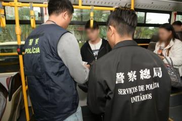マカオ警察による旧正月前後の警戒取り締まりの一環で実施された路線バス乗客全員に対する身分証チェックの様子=2019年1月15日(写真:マカオ警察総局)