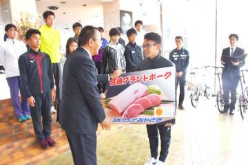 チームを代表して目録を受け取る競歩ナショナルチームの山西選手(手前右)
