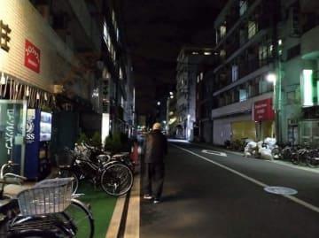 元日を迎えた寿地区。寒空の下を歩く高齢男性の姿があった=1日午前5時55分ごろ、横浜市中区