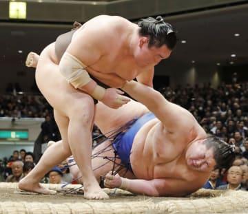 白鵬(左)が上手投げで逸ノ城を下す=両国国技館