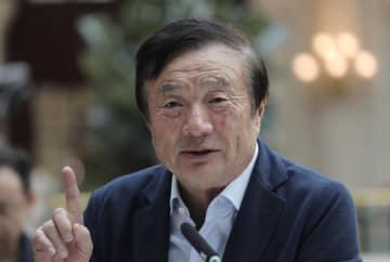 15日、中国・深セン市でメディアの取材に応じる華為技術(ファーウェイ)創業者の任正非氏(AP=共同)