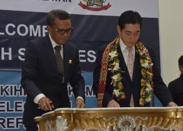 関係強化に向けた趣意確認書に調印するインドネシア南スラウェシ州のヌルディン・アブドゥラ知事(左)と中村時広愛媛県知事=15日、マカッサル
