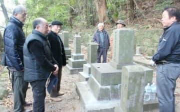住民の協力で修復された庄屋高橋家の墓に参る関係者ら=別府市亀川