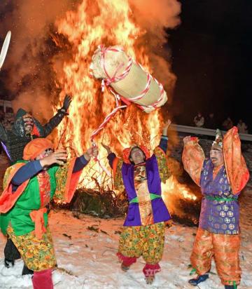福俵投げ幸せ願う 中之条で小正月の伝統行事「おんべーや」