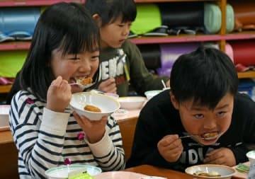 """ラグビーW杯、給食で世界に""""トライ"""" [大分県]"""
