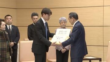横田めぐみさん救出へ署名提出 早紀江さん菅長官と面会