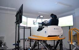 実験に使ったドライブシミュレーター(阪神高速会社提供)