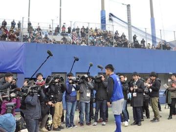 多くのファンの前であいさつする根尾昂内野手=15日午後0時2分、名古屋市中川区、ナゴヤ球場