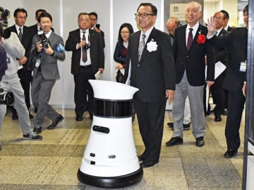 デモンストレーションで小川敏市長を案内する自律移動型のロボット=15日午前11時40分、大垣市役所