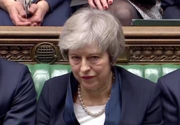 英下院でEU離脱案の採決を見守るメイ首相=ロンドン(ロイター=共同)