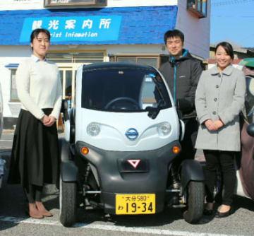 村内で貸し出しているレンタカーと、低炭素杯に臨む姫島エコツーリズム推進協議会のプレゼンチーム=姫島村