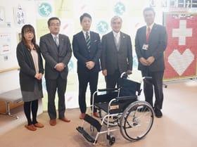 市社協に車いすを寄贈した小林支社長(中央)、森所長(左から2人目)ら